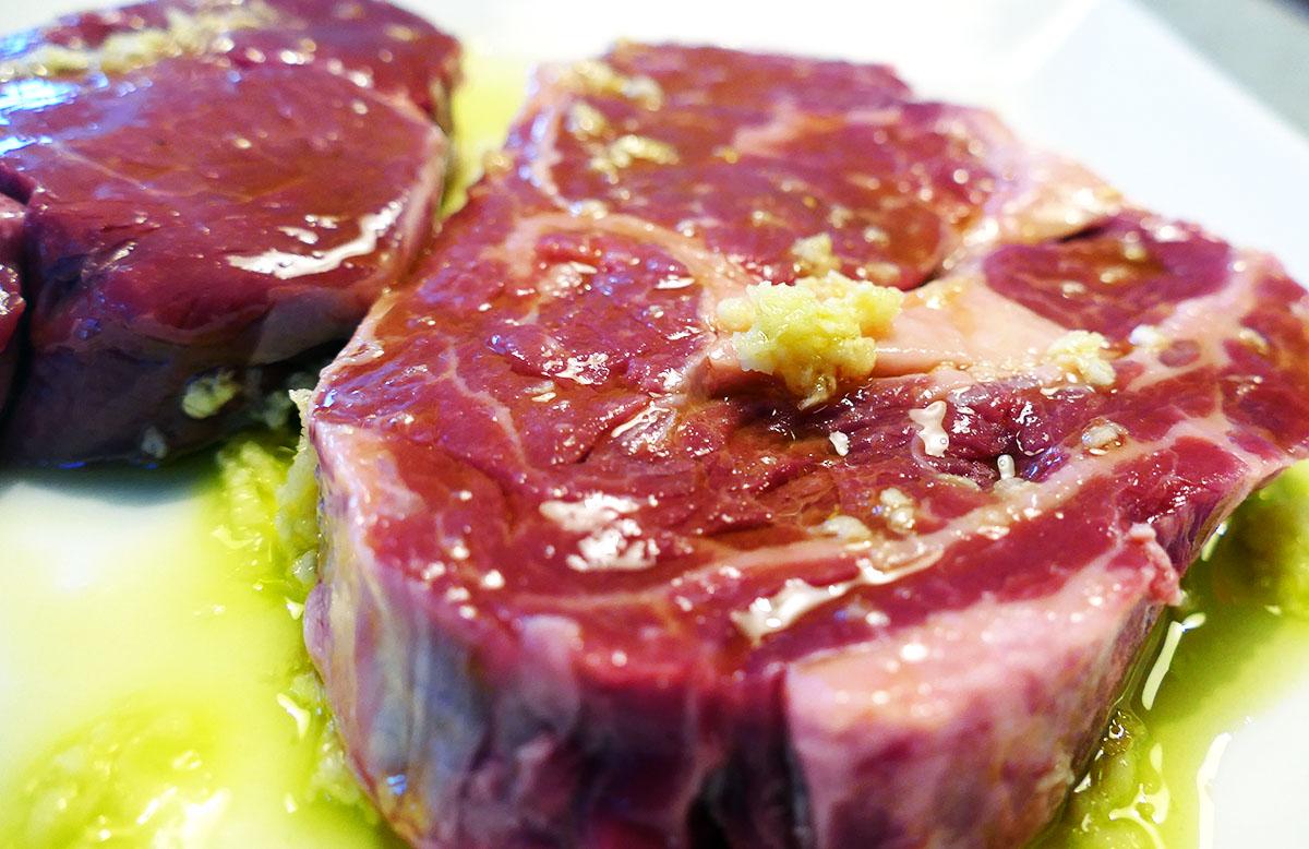 die Steaks habe ich in Olivenöl und Knoblauch eingelegt