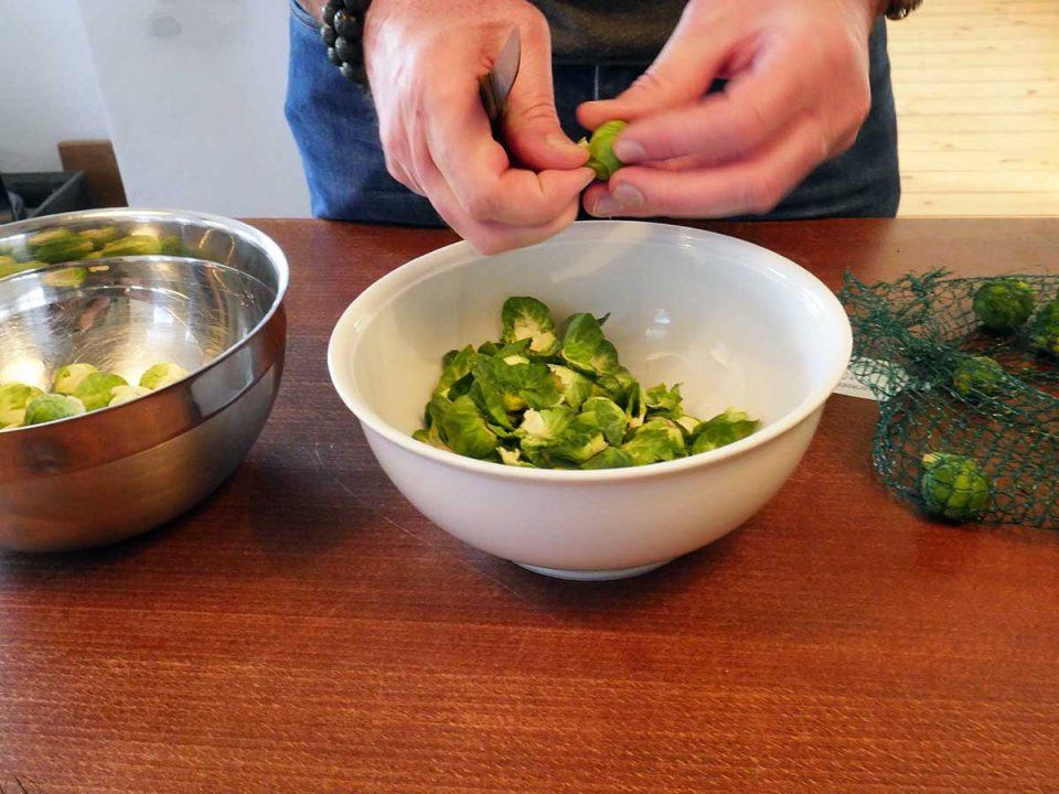 Rosenkoh putzen und Kartoffeln schälen